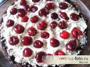 Шоколадный торт с вишней и взбитыми сливками проще простого