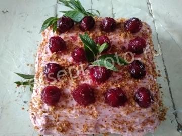 Бисквитный торт с вареньем и кремом