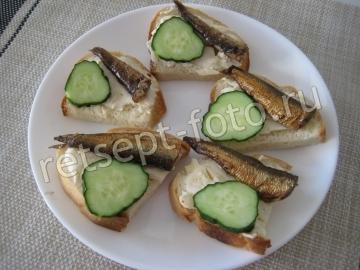 Бутерброды со шпротами, плавленым сыром и огурцом