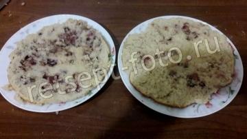 Торт с ягодным бисквитом, сгущенкой и кремом из шоколадных конфет
