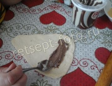 Дрожжевые рогалики с шоколадной пастой