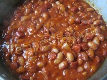 Фасоль в томатном соусе с колбасой