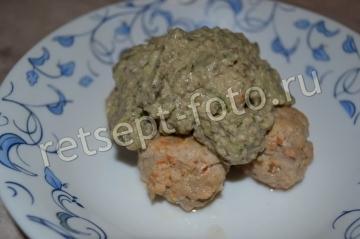 Фрикадельки с грибным соусом и авокадо