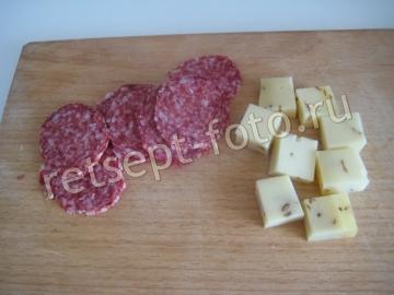 Канапе с колбасой, сыром и маслинами