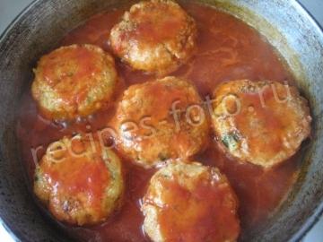 Капустные котлеты с манкой в томатном соусе