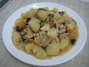 Картошка с фаршем и грибами на сковороде