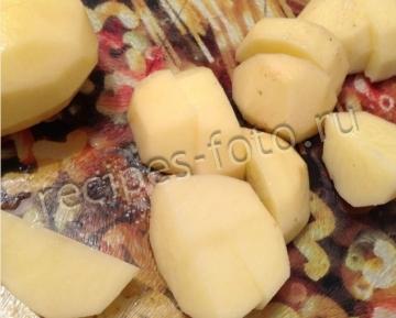 Картошка с сосисками в горшочках на скорую руку