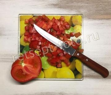 Окрошка с колбасой и помидорами на квасе без сметаны