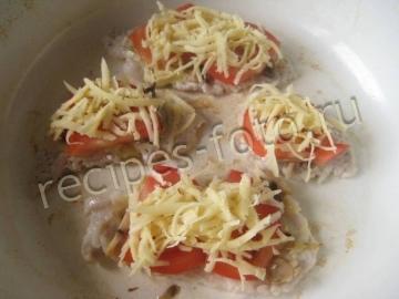 Отбивные из свинины с грибами, сыром и помидорами на сковороде