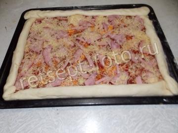 Пицца с колбасой и ветчиной (тесто с манкой)