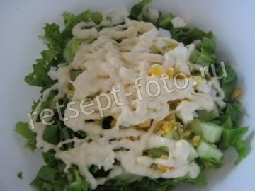 Простой салат с листьями салата, яйцом и огурцом