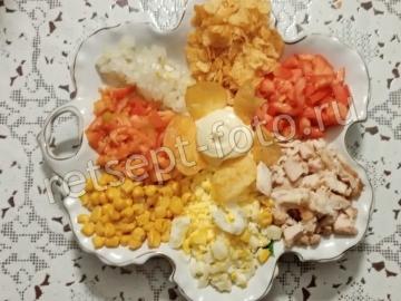 "Салат ""Ромашка"" с чипсами кучками"
