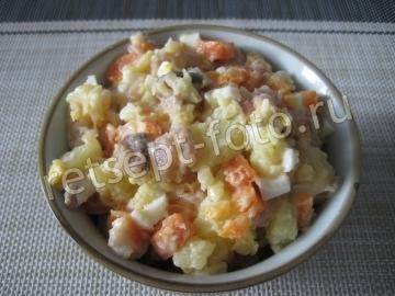 Салат из соленой скумбрии с овощами и яйцом