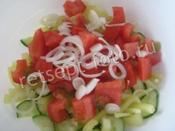 Салат с фетой, помидорами и огурцами