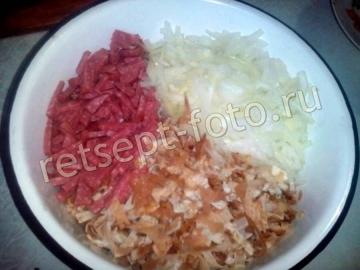 Салат с колбасой и яичными блинами
