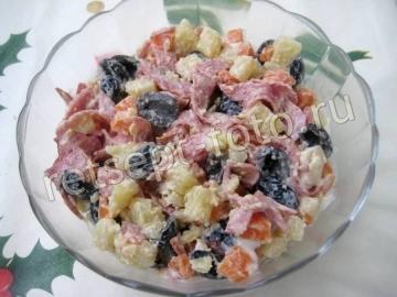 Салат с копченой колбасой и оливками на праздник