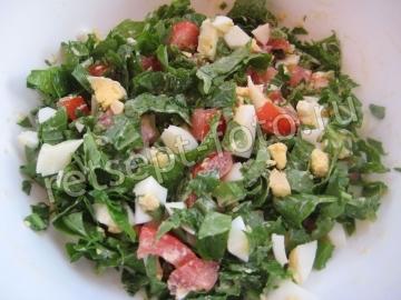 Салат с рукколой, яйцом и помидорами