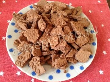 Шоколадный рулет из печенья со сгущенкой и орехами без выпечки