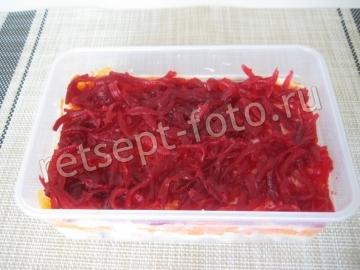 Слоеный салат из соленой скумбрии со свеклой