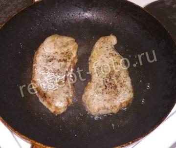Стейки из свинины на сковороде