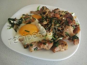 Свинина с базиликом на сковороде