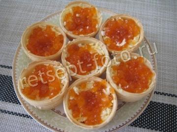 Тарталетки с красной икрой и сыром