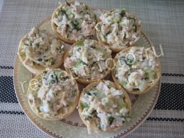 Тарталетки с печенью трески, яйцом и огурцом