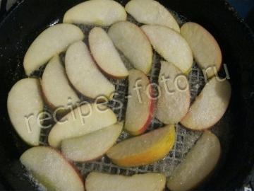 Творожная запеканка с карамелизированными яблоками в духовке