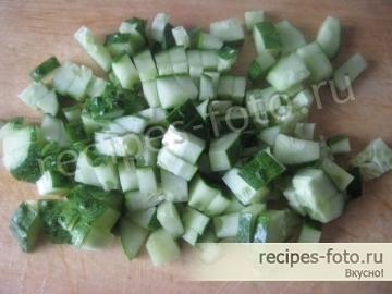 Весенний салат из огурцов и редиса