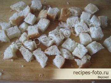 Вкусный простой салат из помидоров с сухариками и копченой курицей или ветчиной