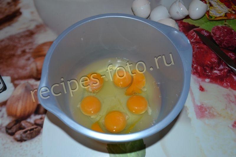 Омлет с молоком мукой и яйцом на сковороде