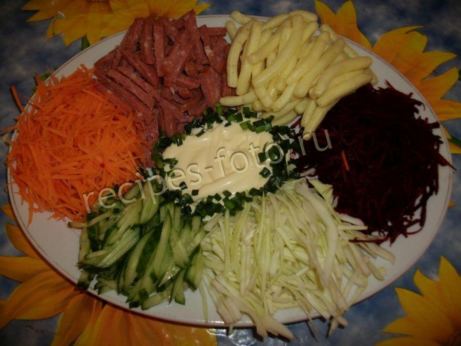 Свекла морковь колбаса чипсы сырая Салат сырая the