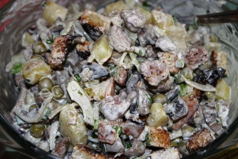 Рецепт салата с грибами и сухариками с фото