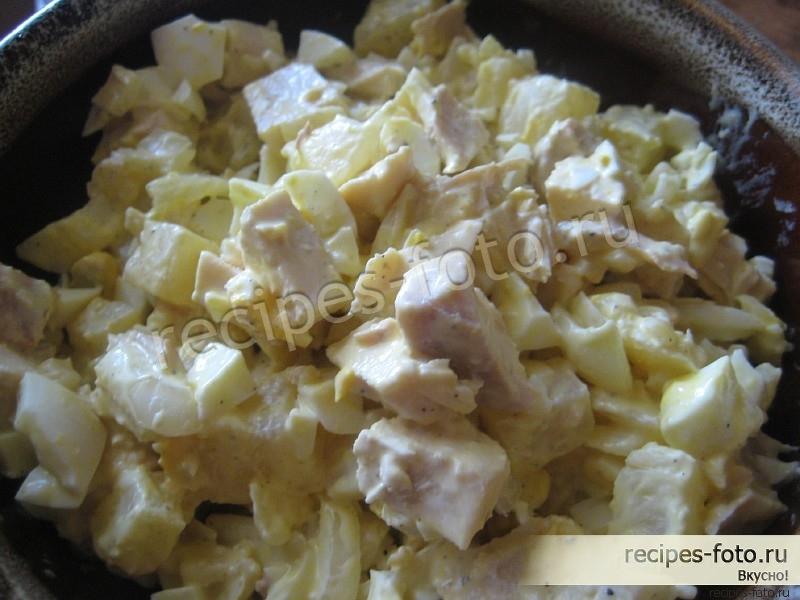 салат с курицей и грибами и ананасом слоями
