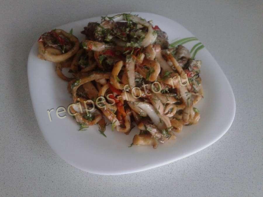 рецепт салата с кальмарами и грибами