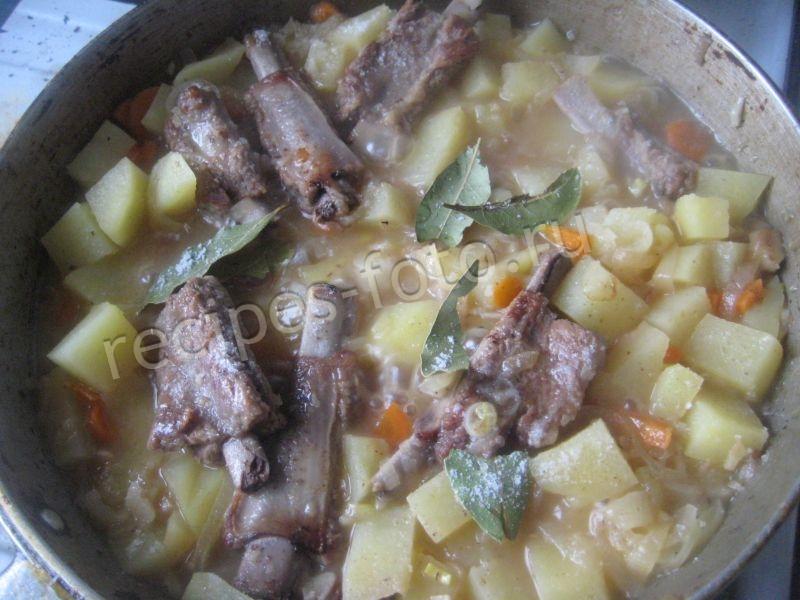 картошка тушеная со свиными ребрышками в кастрюле