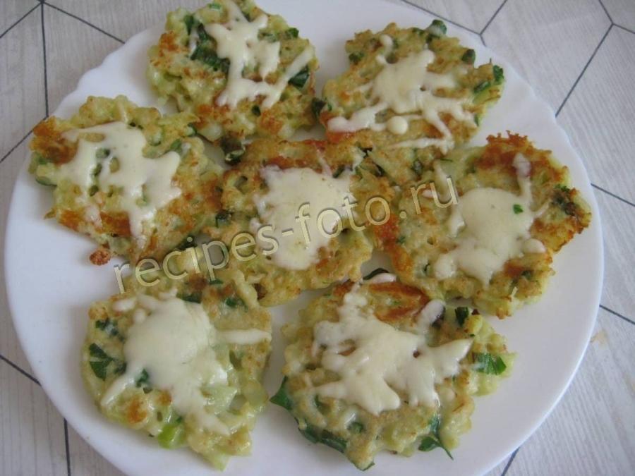 Смотреть Оладьи из кабачков с сыром и чесноком видео
