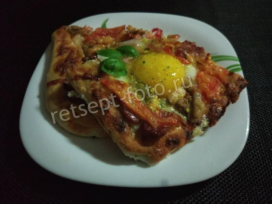 Пицца с яйцом и колбасой и сыром рецепт