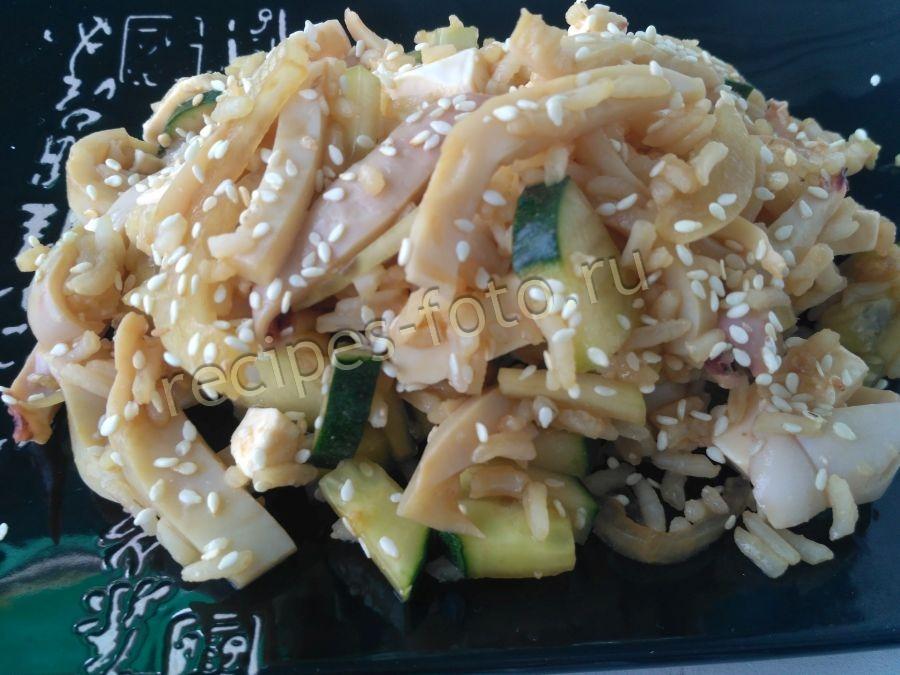 Салат с кальмарами и авокадо изоражения
