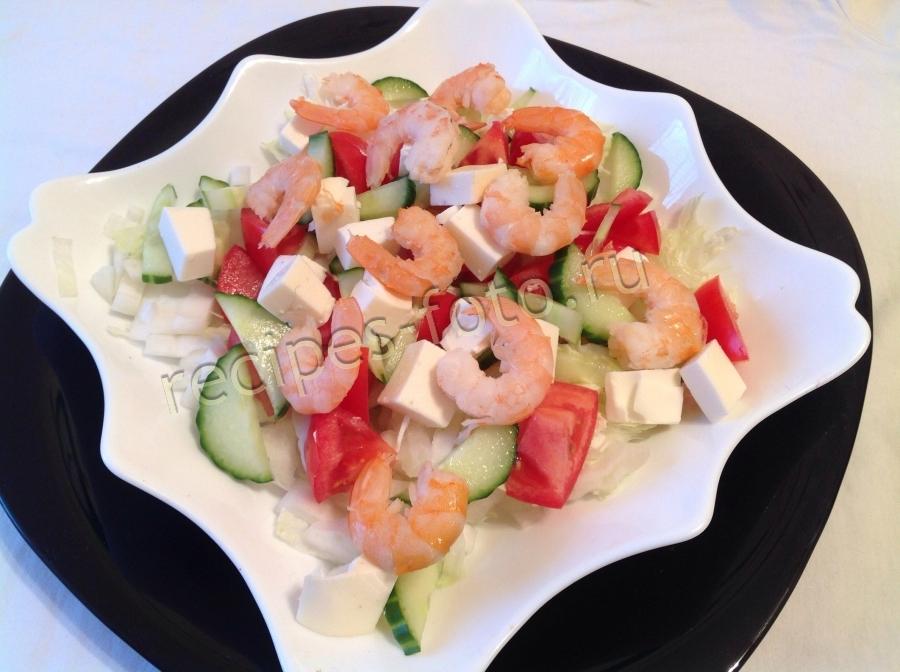 Салат с красной рыбой креветками и пекинской капустой