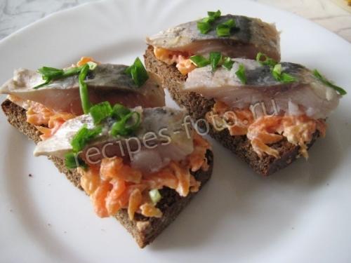 Бутерброды с селедкой и морковью на черном хлебе: рецепт праздничной закуски