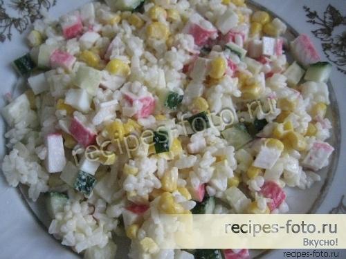 Классический салат из крабовых палочек с рисом и свежими огурцами