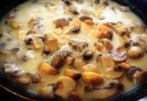 Курица с грибами в молочном соусе