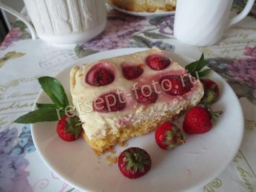 Песочный пирог с клубникой и творогом