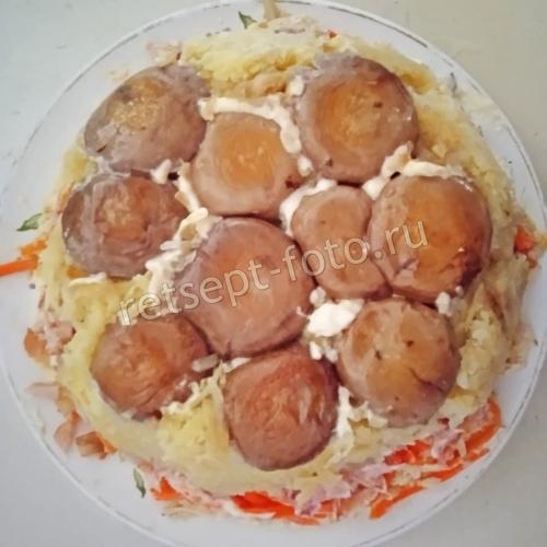 """Салат """"Грибная поляна"""" с жареными грибами и копченой курицей"""