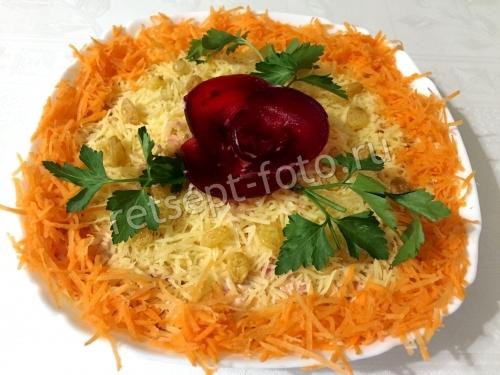 """Салат """"Изюминка"""" из свеклы, моркови и сыра"""