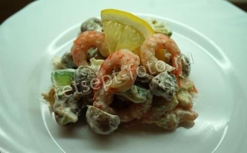 Салат с авокадо, креветками и грибами