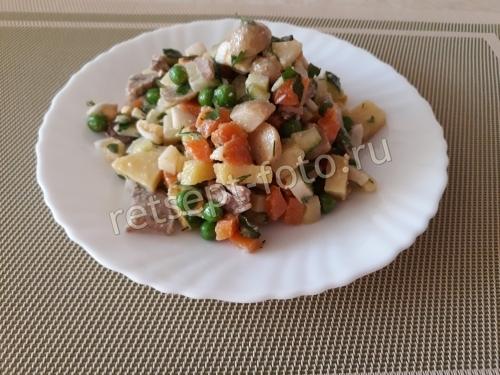 Салат с языком, грибами и горошком