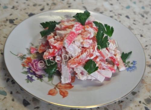 Салат с крабовыми палочками и помидорами