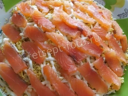 Салат с красной рыбой и картофелем слоями